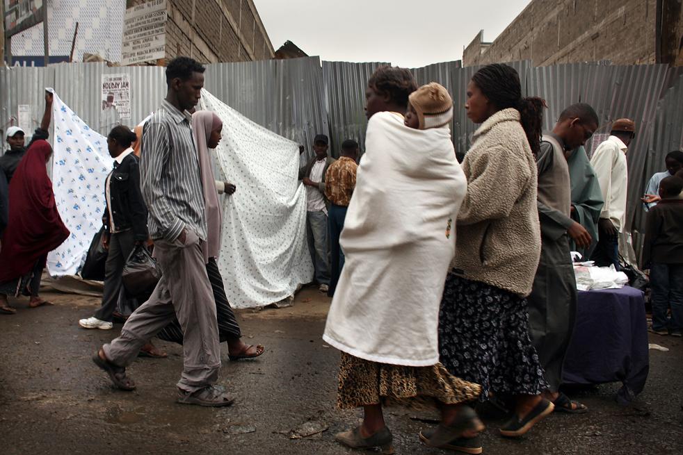 7) Люди идут по рынку в Истлей. (Getty Images/Spencer Platt)