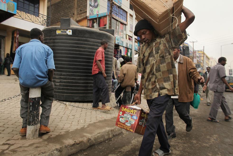 6) Люди идут по рынку в Истлей, мусульманском районе Сомали, 18 августа в Найроби, Кения. (Getty Images/Spencer Platt)