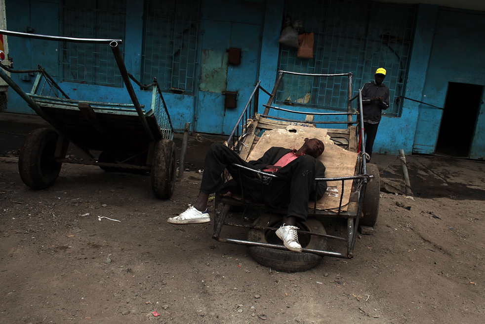 5) Человек отдыхает на рынке в Истлей. (Getty Images/Spencer Platt)