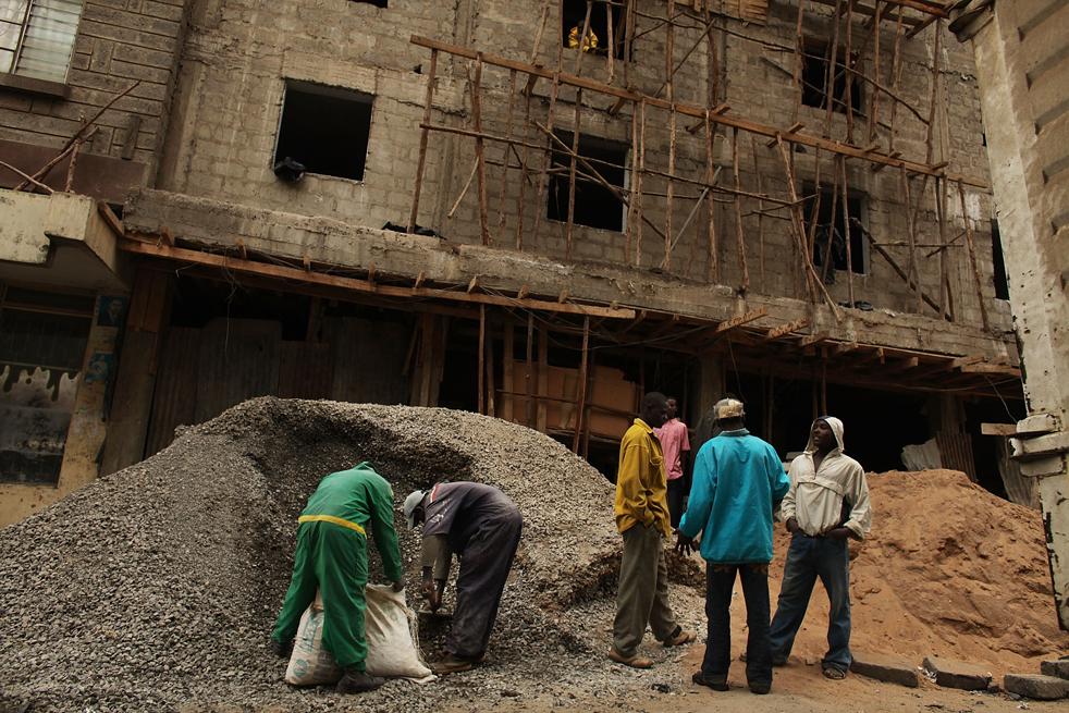 4) Мужчины работают над строительством здания в Истлей. (Getty Images/Spencer Platt)