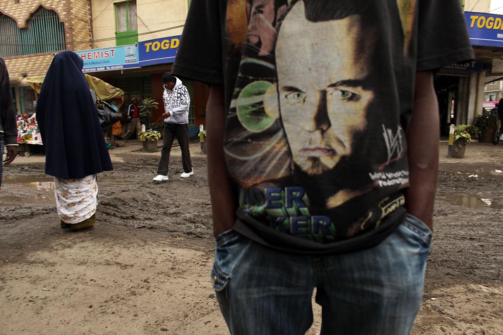 3) Человек стоит на улице в футболке с фотографией в Истлей. (Getty Images/Spencer Platt)