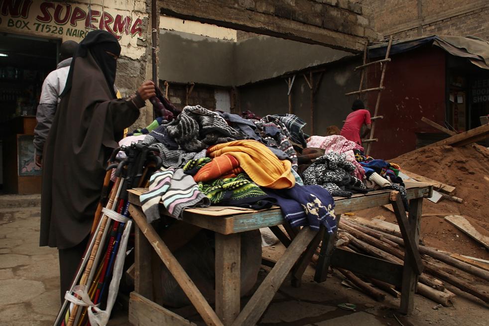 2) Женщина покупает одежду на рынке в Истлей. (Getty Images/Spencer Platt)