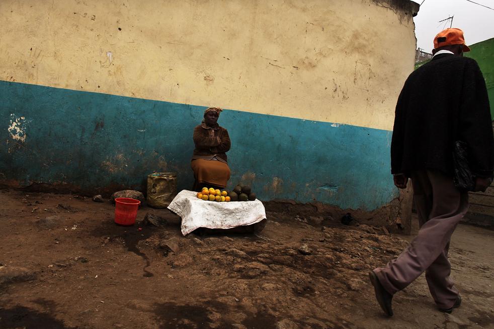 17) Женщина продает фрукты на улице в Истлей. Getty Images/Spencer Platt