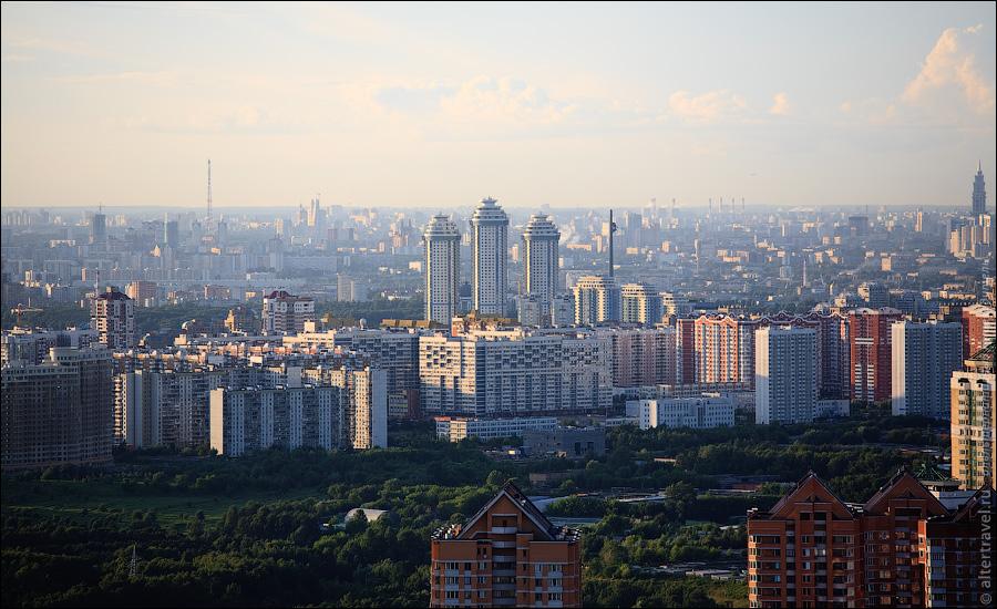 ЖК Воробьевы горы, за ним Парк Победы. Слева на горизонте телебашня Октод на Октябрьском Поле.