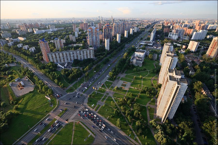 Перекресток Ленинского проспекта с ул. Обручева и ул. Лобачевского. Справа видны 24-х этажные панельные дома построенные еще в далеком 1977 году.