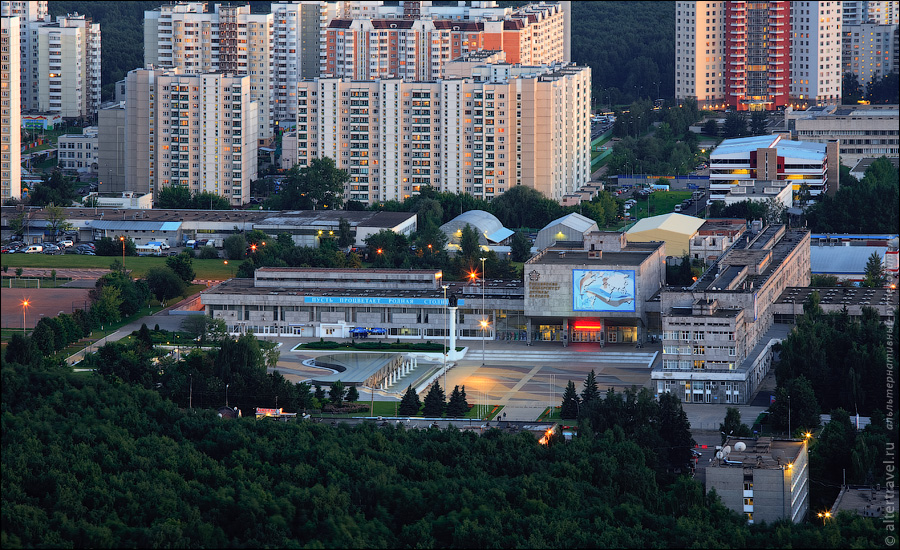 Торговый комплекс Люкс, один из первых в СССР крупных торговых центров в районе Олимпийской деревни - 80. Ну и район Очаково.