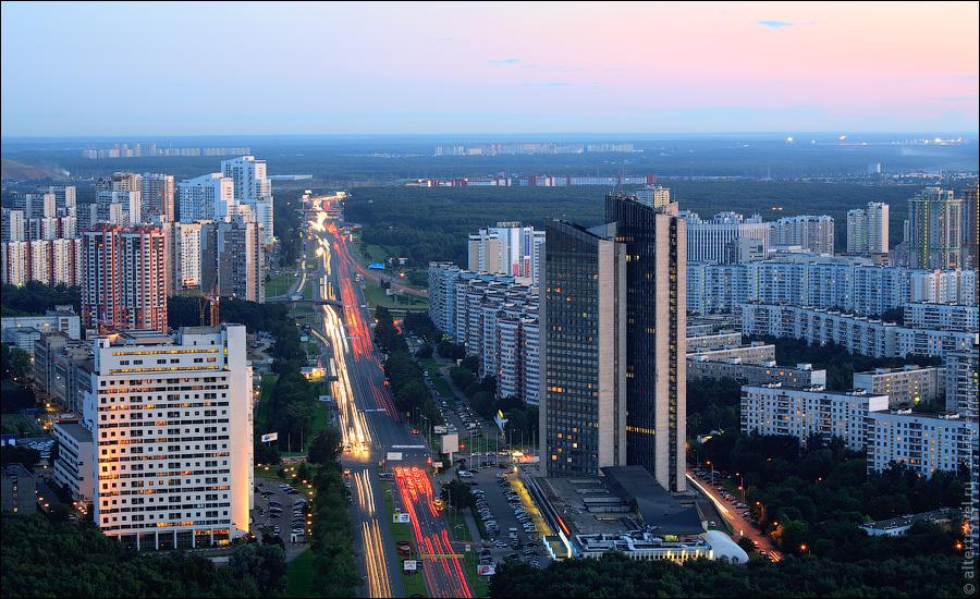 Ленинский проспект в область. На горизонте видно Бизнес-парк Румянцево и город Московский.
