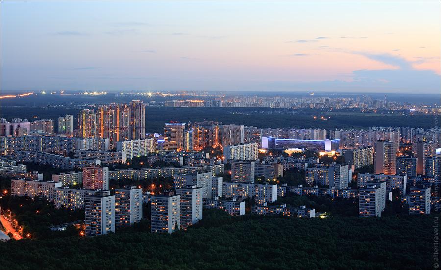 Вид на юго-запад. Вдалеке видны огни аэропорта Внуково.