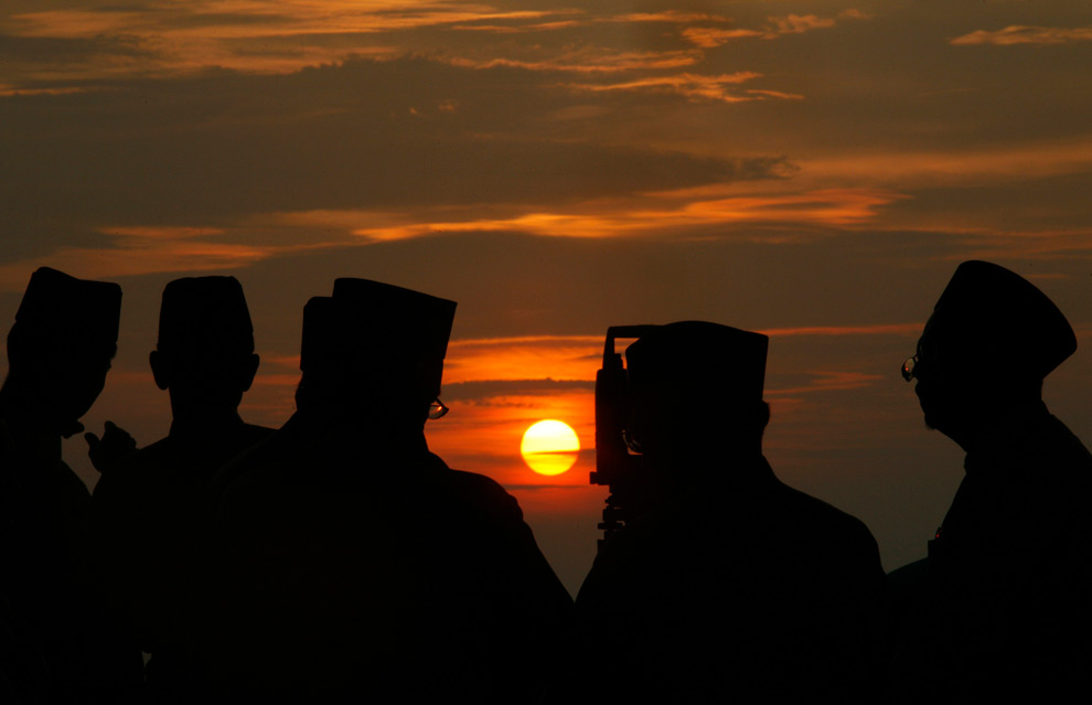 1. Офицеры малазийских исламских войск с помощью телескопа готовятся к «rukyah» - наблюдению за новолунием на Рамадан – в Телук Кеманге к югу от Куала-Лумпур, Малайзия, 20 августа 2009 года. Мусульмане обследуют небо на закате в начале девятого месяца лунного календаря в поисках новой луны, чтобы провозгласить начало Рамадана – священного месяца Ислама, во время которого верующие постятся от рассвета до заката. (REUTERS/Bazuki Muhammad)