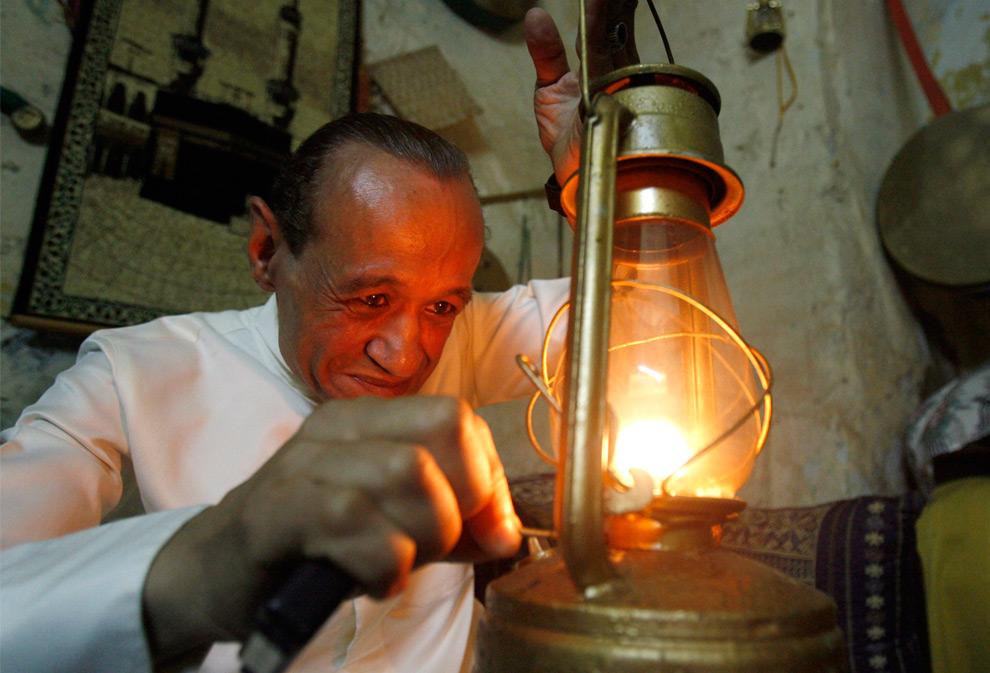 2. Мусахарати – человек, который будит мусульман до восхода солнца – зажигает фонарь перед выходом на улицы с барабанами, чтобы разбудить всех верующих мусульман для их ночного «сахура» - последнего принятия пищи перед восходом солнца  - в Старом городе Сидона в южном Ливане перед самым рассветом 26 августа 2009. (REUTERS/ Ali Hashisho)