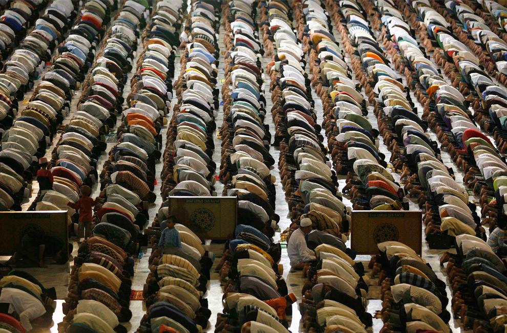 3. Мусульмане во время молитвы накануне первого дня Рамадана в мечети Аль Акбар в Сурабае, Восточная Ява, Индонезия, 21 августа 2009. (REUTERS/Sigit Pamungkas)