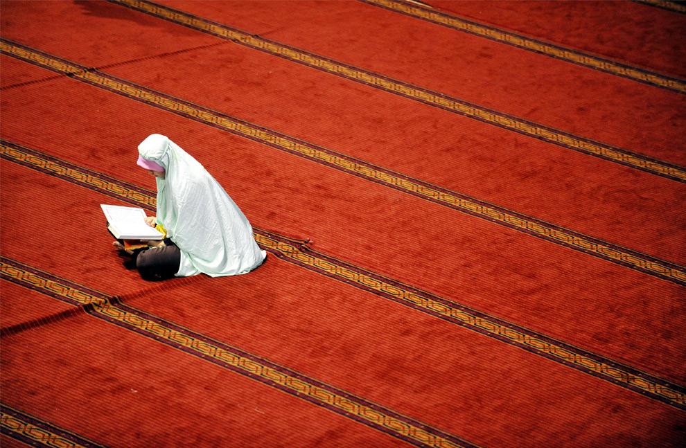 4. Мусульманка молится в мечети Истиклаль в первый день святого месяца Рамадана в Джакарте 22 августа 2009 года, или в первый Рамадан 1430 года по лунному календарю хиджры. (ADEK BERRY/AFP/Getty Images)
