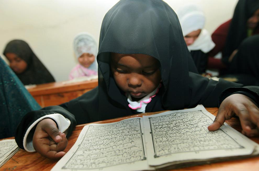 5. Кенийский мальчик изучает Коран на пятый день священного мусульманского месяца Рамадан в Мадрассе, Найроби, Кения, в среду 26 августа 2009 года. (AP Photo/Sayyid Azim)