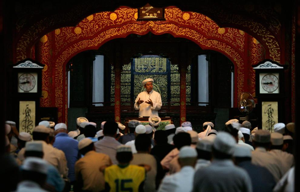 9. Мусульмане на пятничной молитве в первый день священного месяца Рамадан в мечети в Пекине, Китай, 21 августа 2009 года. (REUTERS/Grace Liang)