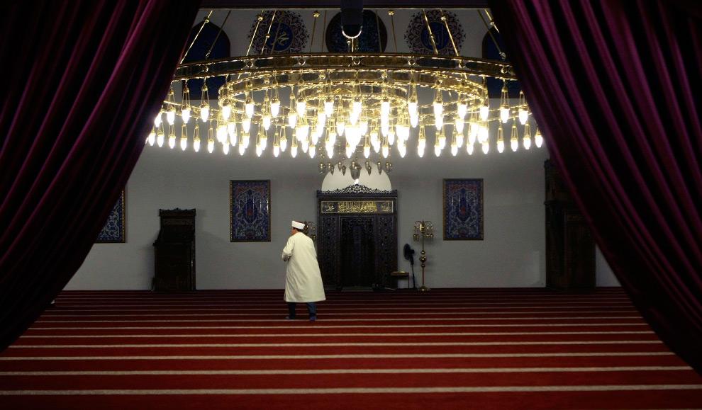 12. Мужчина пришел на вечернюю молитву в первый день исламского постного месяца Рамадан в мечеть Меркез в Дуйсбурге, Германия, 21 августа 2009. (REUTERS/Ina Fassbender)