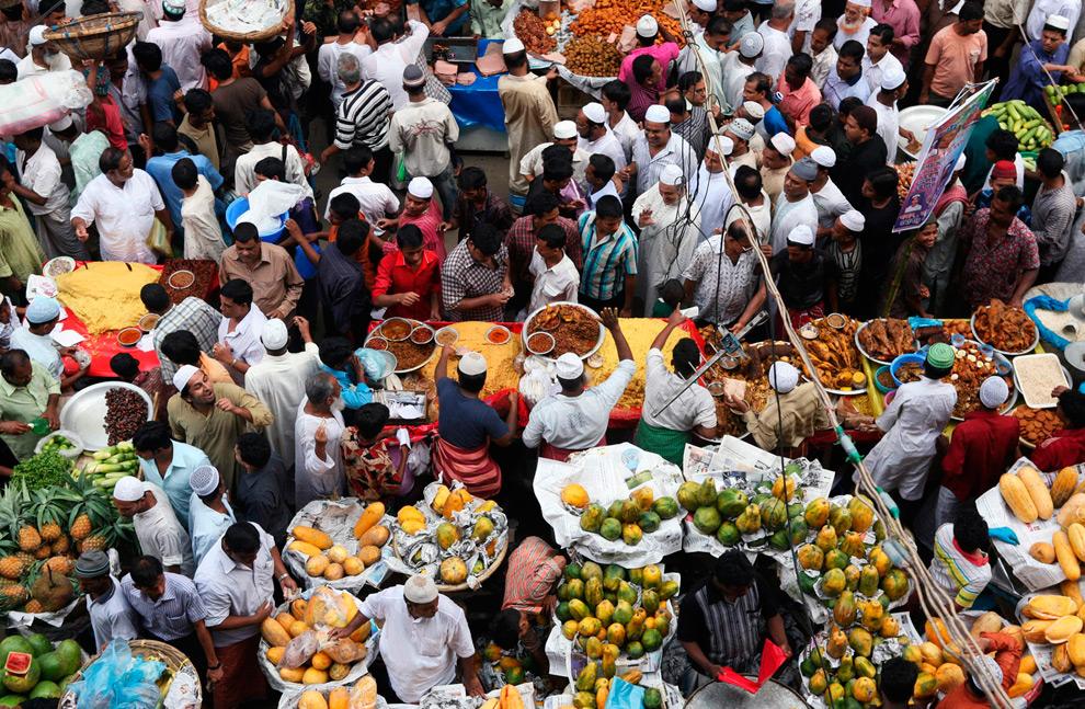 13. Мусульмане закупаются на «ифтар» - ужин после захода солнца, на базаре Чок – традиционном рынке для ифтара  - в Дакке, Бангладеш, в воскресенье 23 августа 2009 года. (AP Photo/Pavel Rahman)