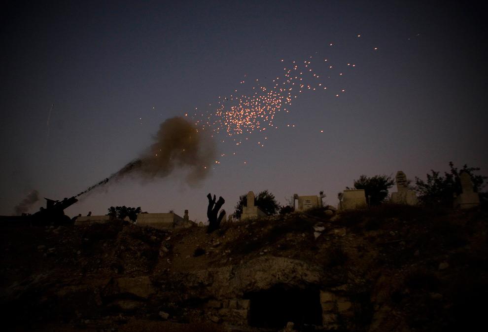 15. Пушки стреляют в знак окончания второго дня священного мусульманского месяца Рамадан на окраинах Старого города Иерусалима в воскресенье 23 августа 2009 года. (AP Photo/Bernat Armangue)