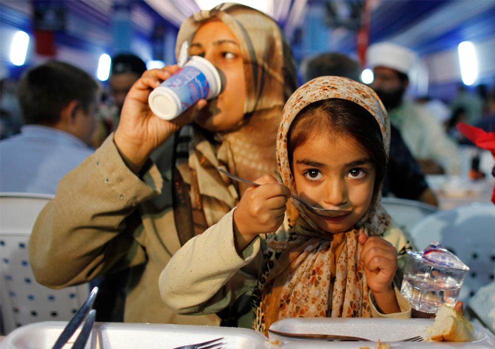 21. Мусульманская семья разговляется в первый день священного месяца Рамадан в Стамбуле, Турция, 21 августа 2009 года. (REUTERS/Osman Orsal)