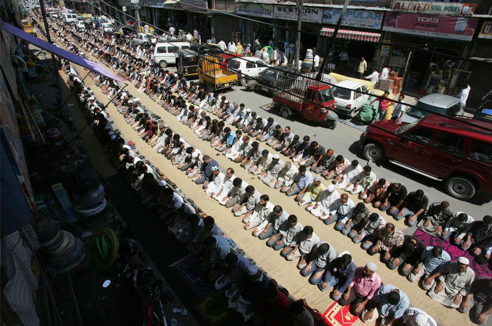 22. Кашмирские мусульмане молятся на улице в Сринагаре, Джамму и Кашмир, в понедельник 24 августа 2009. (AP Photo/Mukhtar Khan)
