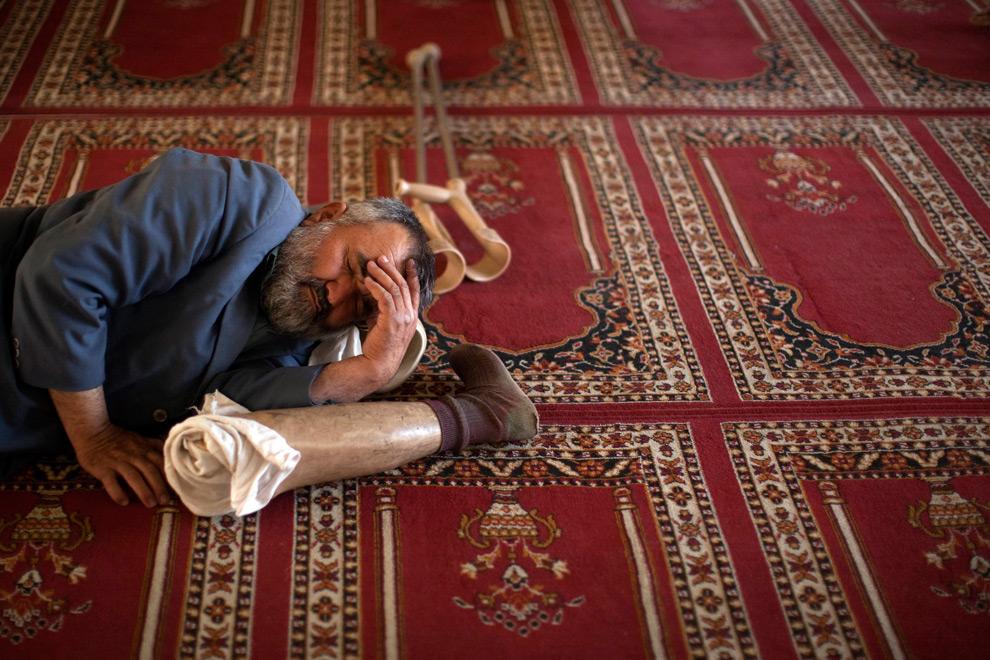 25. Мужчина дремлет между молитвами в мечети в Кабуле, Афганистан, 22 августа 2009 года. (REUTERS/Adrees Latif)