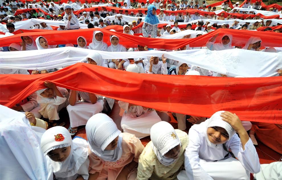 """30. Мусульманские дети Индонезии во время церемонии под названием """"Prayer for the Country"""" («Молитва за страну»), во время которой приветствуется священный месяц Рамадан, в Джакарте, Индонезия, 21 августа 2009 года. (Adek Berry/AFP/Getty Images)"""