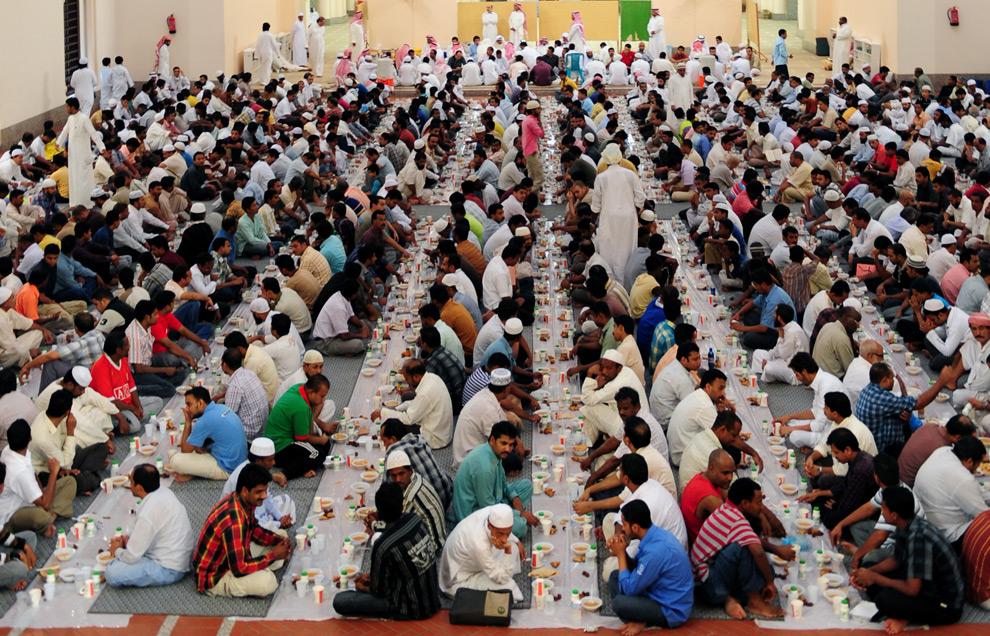 31. Мусульмане ужинают в мечети в Саудовском порту Красного моря города Джидда 23 августа 2009 года. (Omar Salem/AFP/Getty Images)