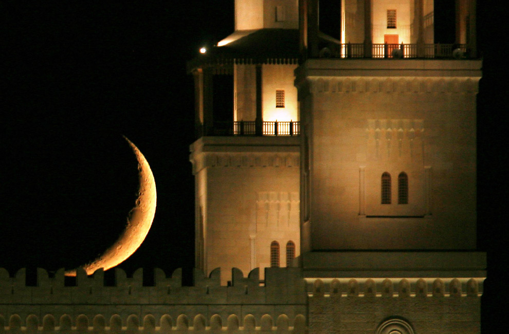 33. Мечеть короля Хусейна Бин Талал на фоне полумесяца в городе Амман, Иордан, 23 августа 2009 года во время Рамадана. (REUTERS/Muhammad Hamed)