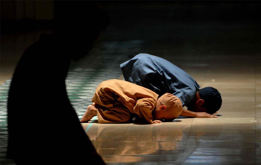 34. Мусульманские дети молятся в мечети во время Рамадана в Маниле, Филиппины, 23 августа 2009 года. (JUNIE DOCTOR/AFP/Getty Images)