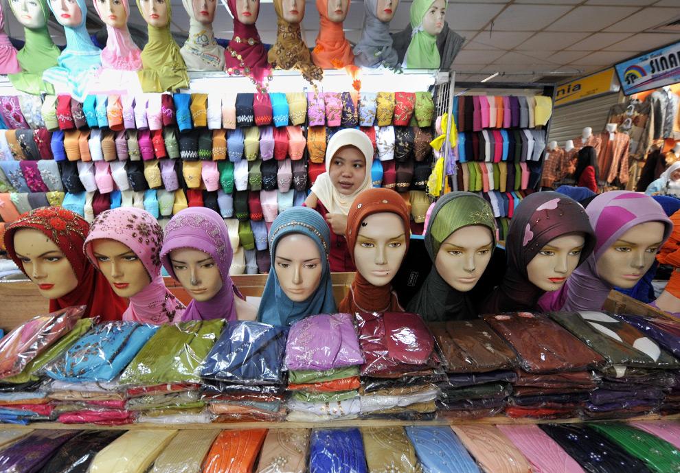 37. Торговка хиджабами (головными платками) в ожидании клиентов на четвертый день Рамадана на рынке в Джакарте, Индонезия, 25 августа 2009 года. (Adek Berry/AFP/Getty Images)