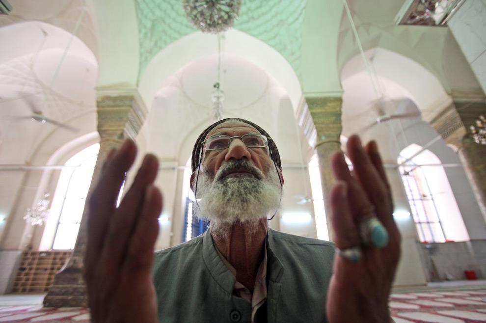 38. Мужчина молится в суннитской мечети в Багдаде, Ирак, в воскресенье 23 августа. (AP Photo/Karim Kadim)
