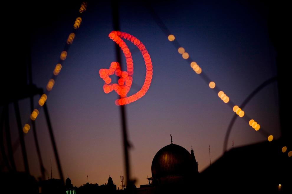 39. Мечеть Аль-Акса – третье самое священное исламское место, известное среди евреев, как «Temple Mount» – видна сквозь праздничные гирлянды в честь Рамадана в Иерусалиме во вторник 25 августа 2009 года. (AP Photo/Bernat Armangue)