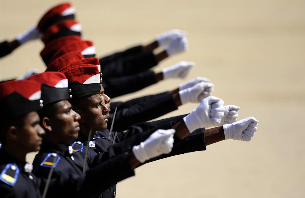 4. Кадеты офицерского корпуса Шри-Ланки маршируют на церемонии в честь выпуска 281 офицера армии в центральном горном городе Дияталава 4 июля 2009 года. (Ishara S. KODIKARA/AFP/Getty Images)