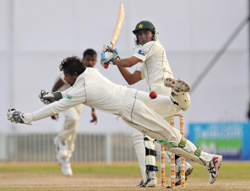 5. Капитан пакистанской команды по крикету Юнус Кхан (справа) бьет по мячу во время первого товарищеского матча между Пакистаном и Шри-Ланкой на Международном стадионе для игры в крикет в Галле 4 июля 2009 года. (LAKRUWAN WANNIARACHCHI/AFP/Getty Images)