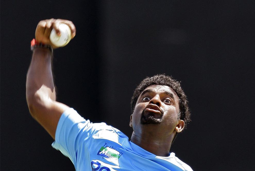 6. Игрок сборной Шри-Ланки по крикету Маттиа Муралитхаран подает мяч на разминке перед вторым матчем международного чемпионата по крикету между Шри-Ланкой и Пакистаном в Дамбулле, Шри-Ланка, пятница 31 июля 2009. (AP Photo/Gurinder Osan)