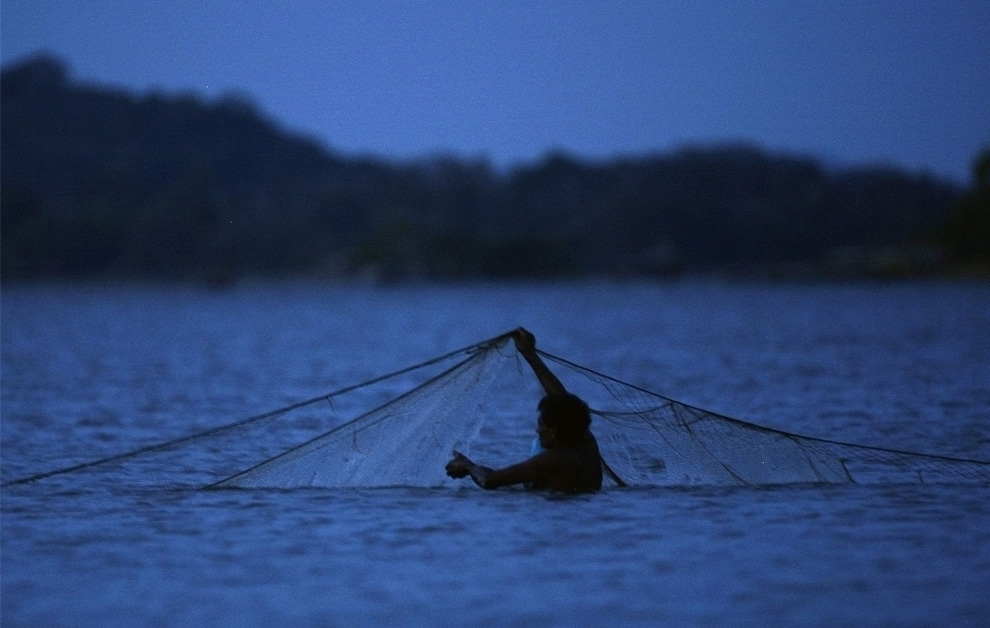 7. Рыбак готовит сети на озере Кандалама, недалеко от местечка Дамбулла, Шри-Ланка, 31 июля 2009 года. (REUTERS/Vivek Prakash)