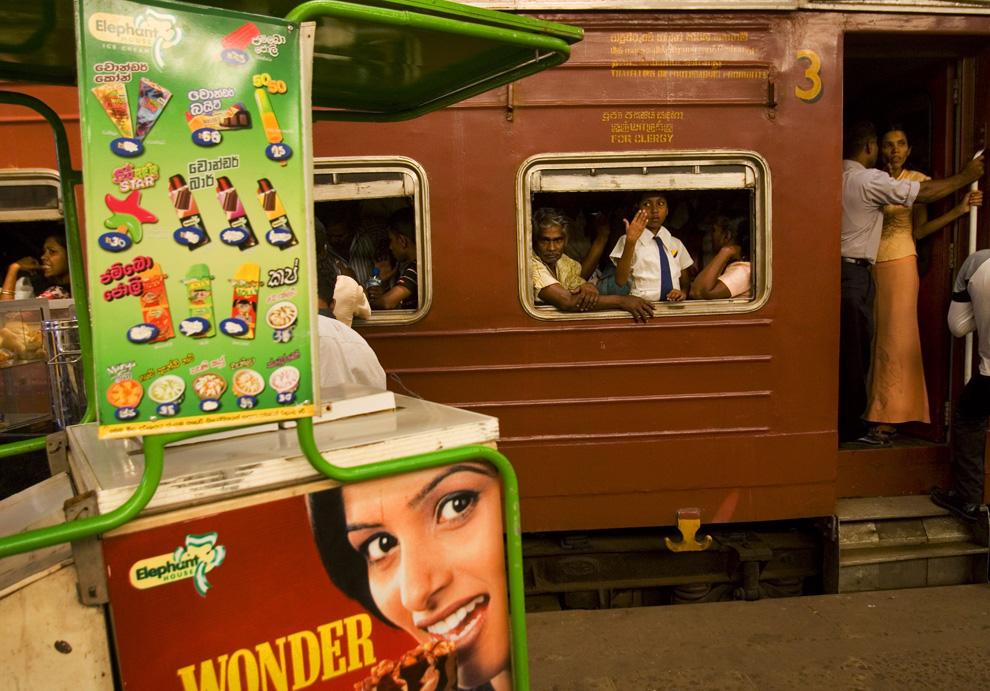 25. Пригородный поезд Шри-Ланки стоит на станции в отрезке пути от Галле до Анурадхапуры в Коломбо, Шри-Ланка, четверг 9 июля 2009 года. (AP Photo/Gurinder Osan)