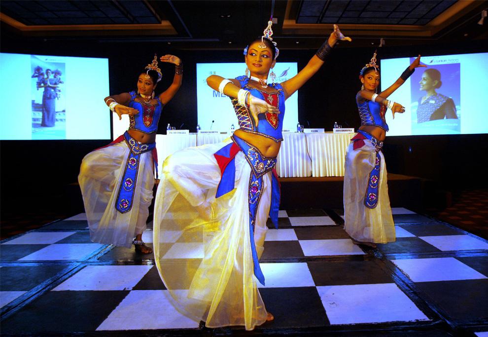 30. Ланкийские танцоры в традиционных костюмах из танцевальной труппы «Будаватта» исполняют танец во время кампании «Познакомьтесь с Шри-Ланкой» в Нью-Дели, Индия, пятница 31 июля 2009 года. Кампания была запущена министерством туризма и авиалиниями Шри-Ланки, чтобы привлечь индийских туроператоров и туристов. (AP Photo/Manish Swarup)