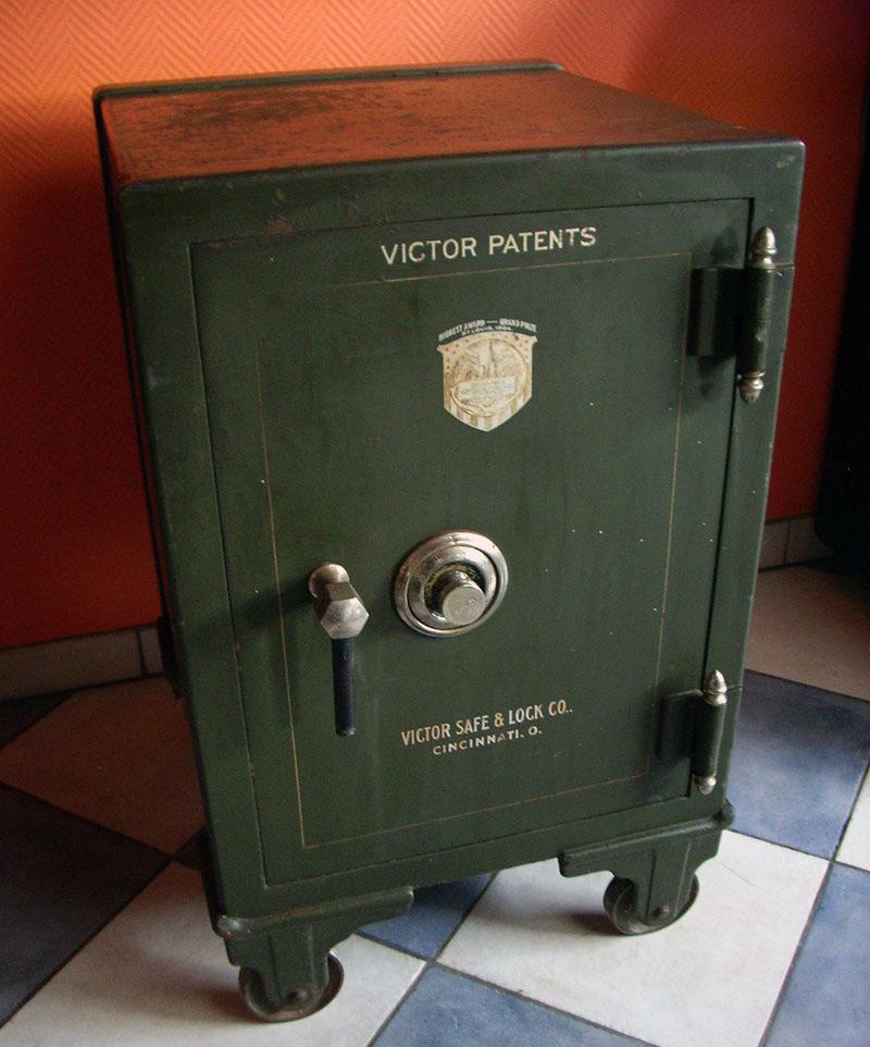 """Еще сто лет назад сейфы были именно такими - массивными, неприступными и оригинальными. Каждая модель, вплоть до замка собиралась вручную. На фотографии модель взломостойкого сейфа американской компании из Цинциннатти - Victor Safe & Lock Co, по нашему """"Сейфы и замки от Виктора""""."""