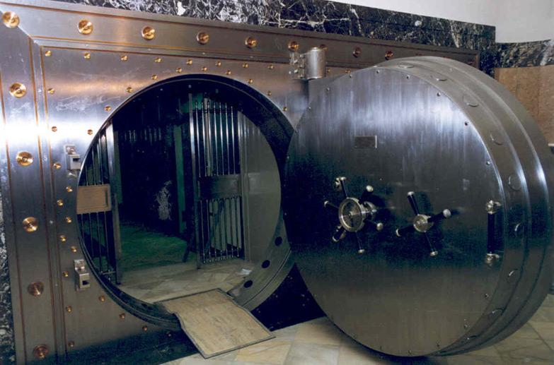 Сейфы бывают самых разных масштабов - от компактных переносных до сейфовых хранилищ. На фотографии - сейфовое хранилище национального испанского банка El Banco De Espana.