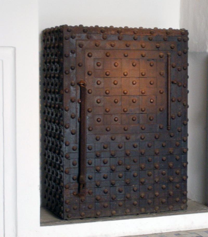 До изучения сварочной дуги и внедрения в производство технологии сварки, корпуса сейфов буквально клепали. На фото - старинный клёпаный испанский сейф, привезенный во времена колонизации Нового Света.