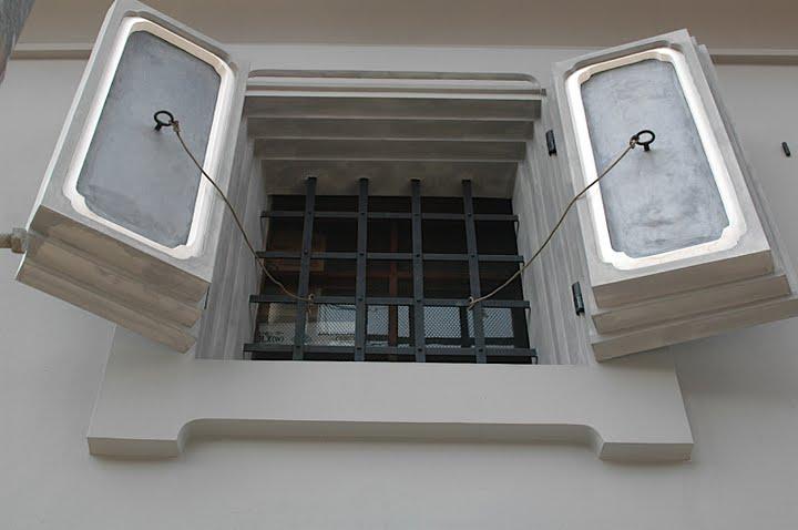Сейфы получили повсеместное распространение в нашей жизни. Из нашего фоторепортажа вы уже знаете, что помимо традиционных сейфов бывают бронированные помещения, сейфы на колесах, представляем вашему вниманию сейф-окна.
