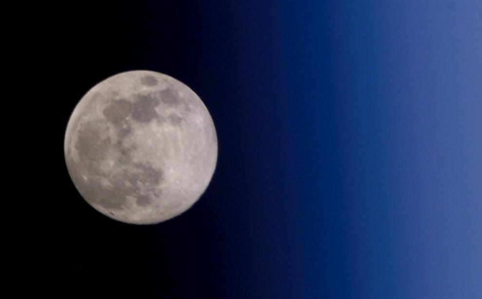 1. Подробное исследование Луны – единственного естественного спутника Земли – началось в 1959 году, когда Советский Союз запустил свой корабль «Луна 1». Их примеру быстро последовала NASA. С тех пор европейцы, Япония, Китай и Индия запускали свои исследовательские программы на луну. На этом снимке показана луна, как она видится с международной космической станции. Вашему вниманию предлагается еще 11 снимков луны, сделанных за последние 50 лет. (NASA)
