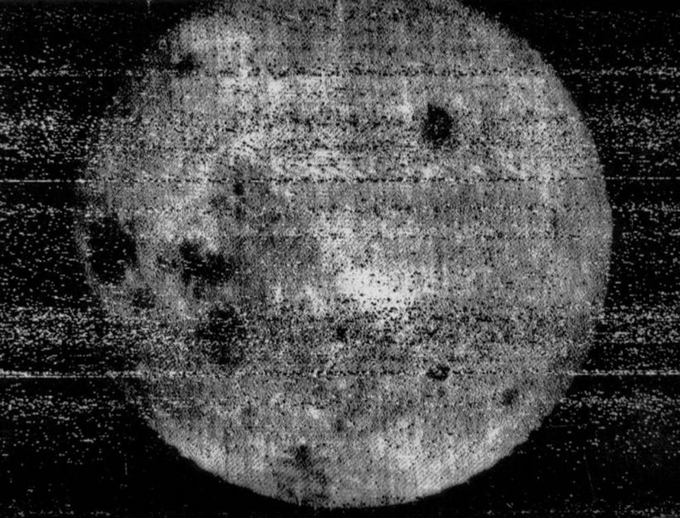 2. В октябре 1959 года космический корабль Советского Союза «Луна 3» - третий, успешно запущенный на Луну – вошел в историю, как первая попытка запечатлеть обратную сторону луны. Фотографии были зафиксированы и высушены на борту корабля, а затем возвращены на Землю. Хоть и довольно смазанные по сегодняшним стандартам, эти снимки показывают резкое отличие скрытой от нас части Луны от той, которая видна с Земли, включая относительно темные площади, которые называются лунные моря. (RSA via NASA)