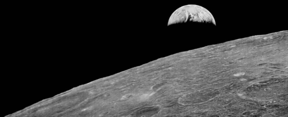 3. В 1966 и 1967 годах NASA запустили в космос серию спутников, чтобы собрать детализированные изображения поверхности Луны перед запуском программы Аполло. Затем снимки сложили в архив. Спустя десятилетия исследователи из проекта по восстановлению снимков собрали необходимую технику, чтобы иметь возможность снова просматривать снимки. Этот снимок был оцифрован, отображая изображение в куда большем разрешении, чем это было возможно ранее. 11 ноября 2008 года исследователи проекта выпустили улучшенную фотографию Земли, поднимающейся над лунной поверхностью, первоначально сделанную кораблем «Лунный спутник 1» в 1966 году. (LOIRP / NASA)