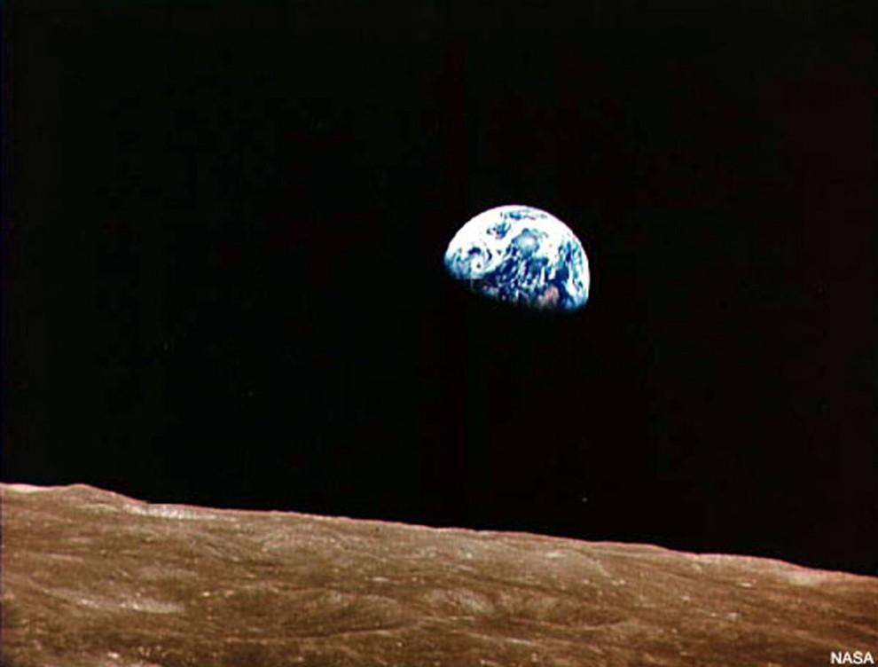 4. В канун Рождества 1968 года астронавты корабля Аполло 8 Фрэнк Борман, Джим Ловелл и Уильям Андерс вошли в историю, как первые люди, пролетевшие по орбите луны. Они разведывали наиболее подходящие места для приземления будущих миссий. Но вид Земли, поднимающейся над горизонтом Луны, привлек их и всеобщее внимание. Эта фотография под названием «Восход Земли» - одна из наиболее известных когда-либо сделанных с луны. (NASA)