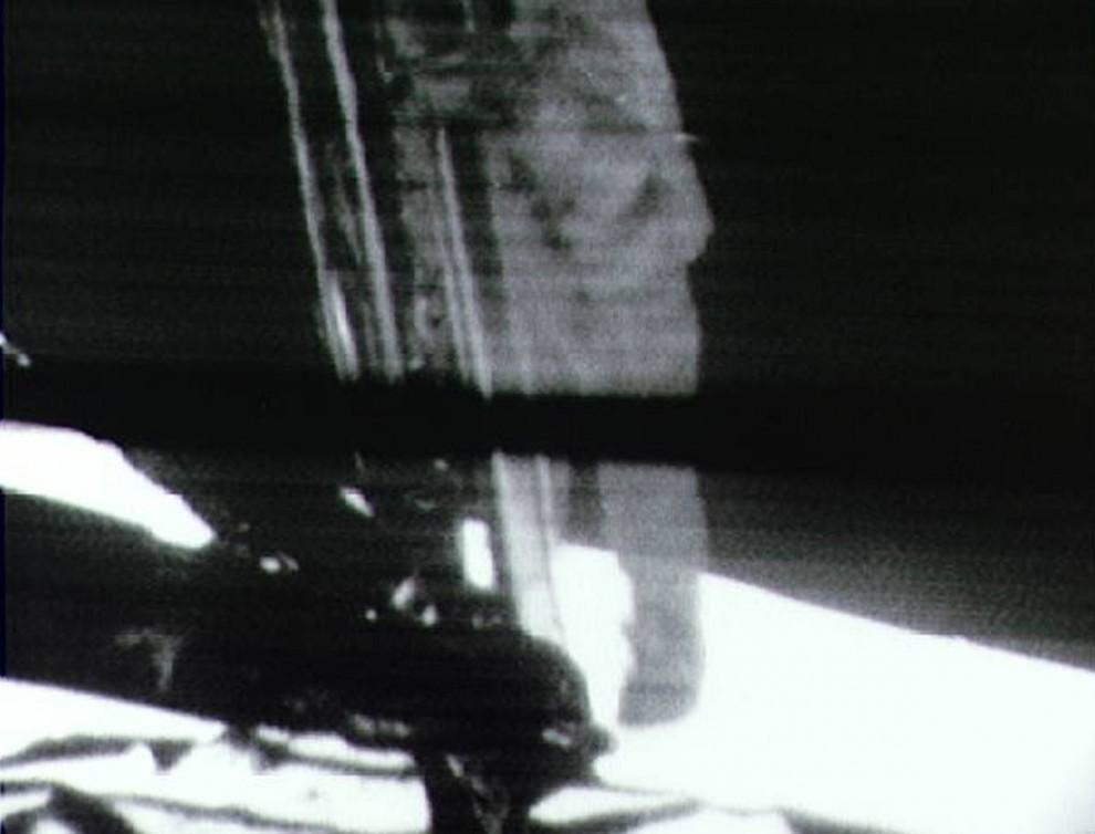 5. 20 июля 1969 года около 1 миллиарда людей по всему миру были прикованы к телевизорам, чтобы посмотреть, как астронавт Нил Армстронг – капитан корабля Аполло 1 – спускается с модуля своего корабля для того, чтобы впервые пройтись по лунной поверхности. Коснувшись лунной поверхности, он произнес свою знаменитую фразу: «Это маленький шаг для человека и огромный – для всего человечества». Этот снимок – черно-белая репродукция телеэфира, во время которого Армстронг спускается со своего корабля. (NASA Johnson Space Center)
