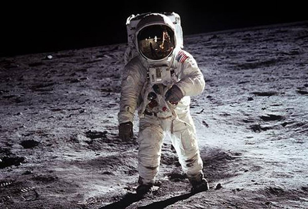 6. Астронавт Аполло 11 Базз Олдрин (на фото) сопровождал Армстронга в знаменитой прогулке по Луне. Эта культовая фотография – одна из нескольких, на которых видно, как Армстронг идет по луне (в данном случае в отражении от скафандра космического костюма Олдрина). Астронавты находились на луне примерно 2,5 часа. (NASA)