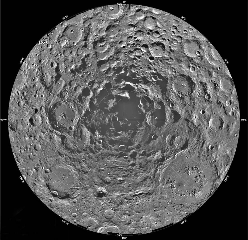 7. Этот снимок-мозаика южного полярного региона луны, сделанный космическим кораблем «Клементина» в 1994 году, позволяет выдвинуть теорию, что в кратерах могла скопиться ледниковая вода, которую никогда не освещало солнце. Эта вода могла остаться от проходящих комет. С момента этого открытия ученые спорят о происхождении этих ледниковых вод. Нынешняя эра исследования луны может покончить с этими дебатами. Если ледниковая вода действительно существует, она могла бы утолять жажду будущим колониям людей на луне и использоваться как топливо для ракет. (NASA / JPL / USGS)