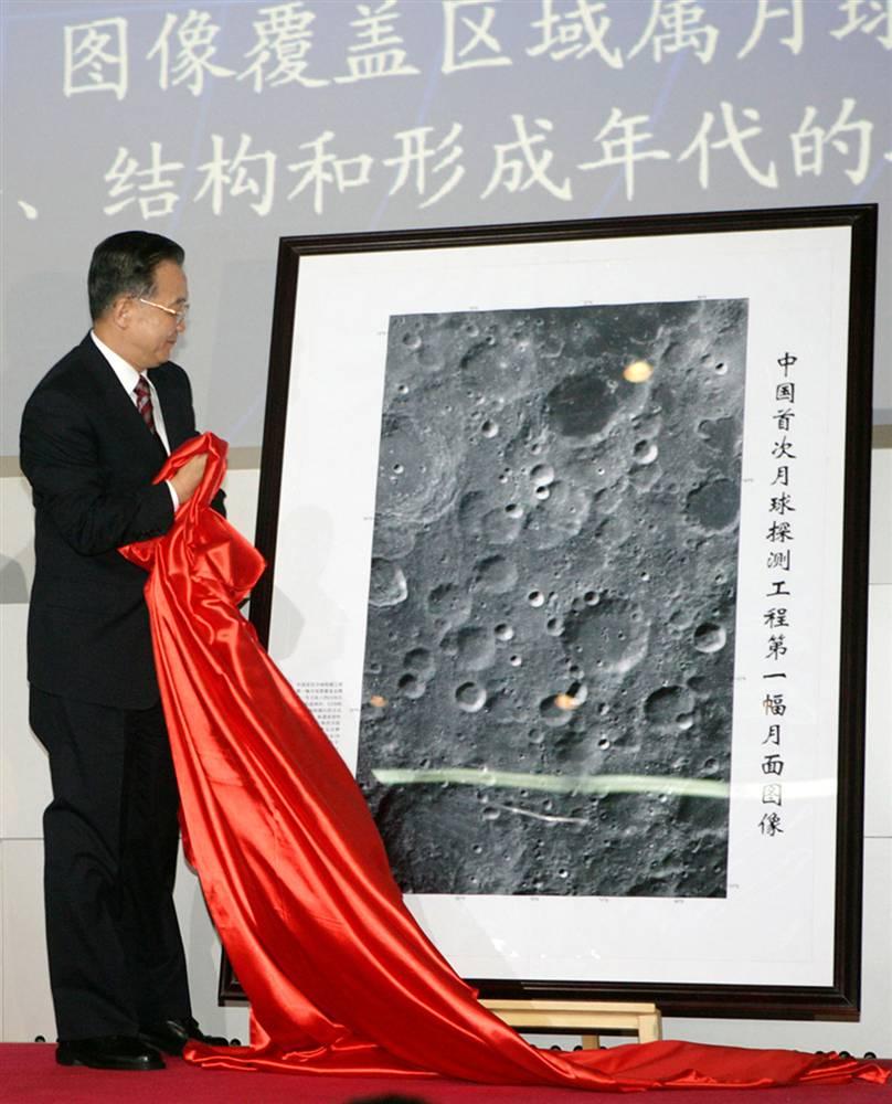 9. Китай сделал свой первый главный шаг в исследовании луны с запуском корабля «Чанъэ-1» в октябре 2007 года. Орбитальный летательный аппарат был запущен в космос, чтобы сделать детализированную трехмерную карту лунной поверхности. Премьер Вэнь Цзябао открывает первый снимок на церемонии в Пекине. Миссия «Чанъэ-1», которая длилась 16 месяцев, закончилась запланированным взрывом. Как сообщается, Китай планирует запустить лунные спутники в 2010 и 2017 и миссию с участием людей к 2020 году. (Huang Jingwen / XINHUA NEWS AGENCY)