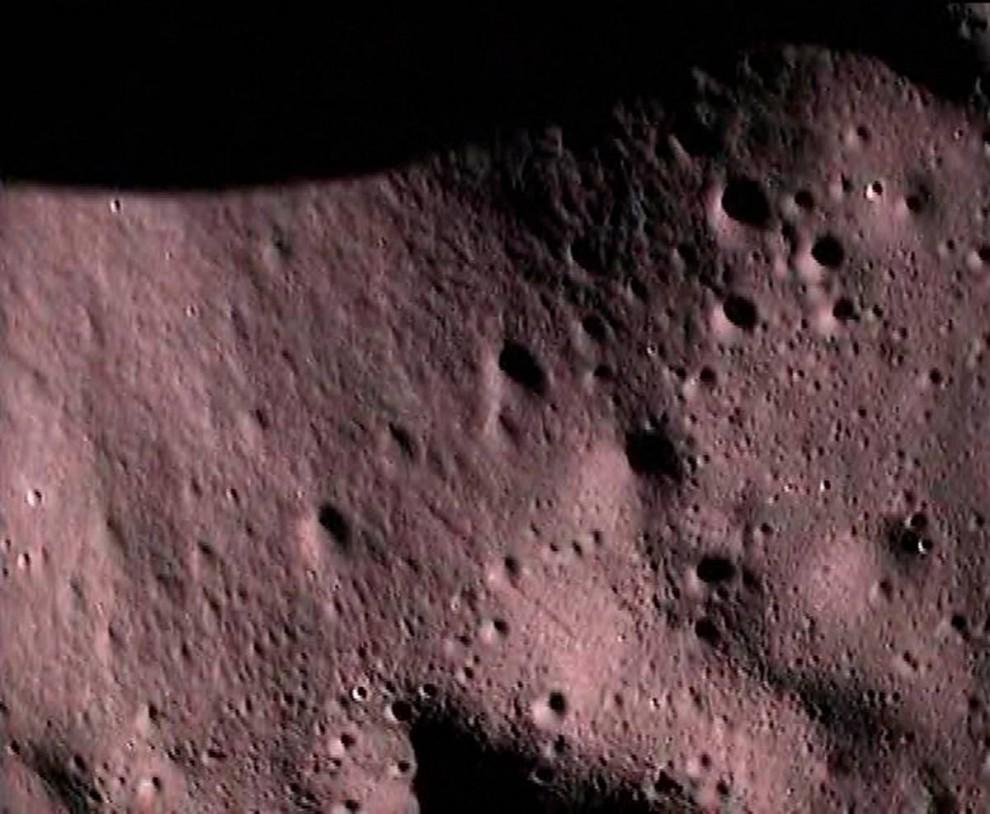 10. Индийская космическая организация успешно запустила свой корабль «Чандраян 1» 22 октября 2008 года, чтобы обследовать луну. Этот снимок лунной поверхности был сделан зондом, выпущенным из главного корабля, во время его запланированного крушения на южном полюсе. Индийское космическое агентство планирует использовать эти и другие данные в своей лунной миссии в 2011 году и в окончательной миссии с участием людей. (ISRO via EPA)
